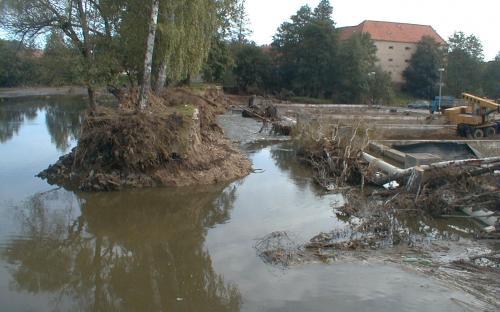eka_lomnice_-_-_tchorovice_protrzena_hraz_rybnika_horejsi_v_tchorovicich_-_vpravo_jsou_znicene_tchorovicke_sadky_2.9.2002.jpg