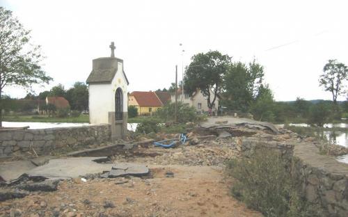 eka_lomnice_-_buzice_-_povodni_zniceny_most_pres_reku_lomnici_v_obci_buzice_14.8.2002.jpg