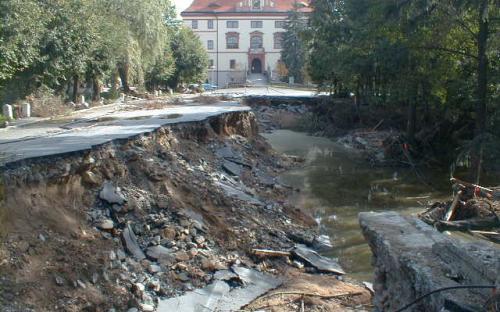 eka_lomnice_-_lnare_-_povodni_ponicena_komunikace_i20_na_hrazi_rybnika_zamecky_-_14.8.2002.jpg