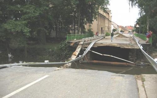 zavisinsky_potok_-_blatna_-_povodni_zniceny_most_na_tride_t.g.masaryka_14.8.2002.jpg