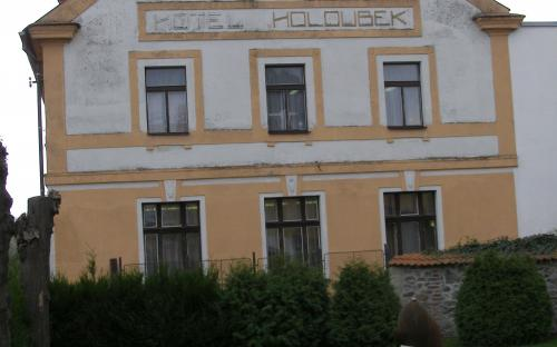 hotel_holoubek_s_pamatkou_na_bombardovani_1945.jpg